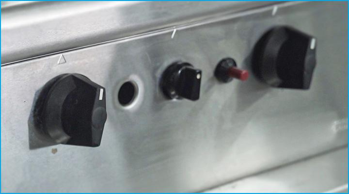 Bếp chiên phẳng Berjaya GG2B-17 có nút điều chỉnh cho từng họng bếp