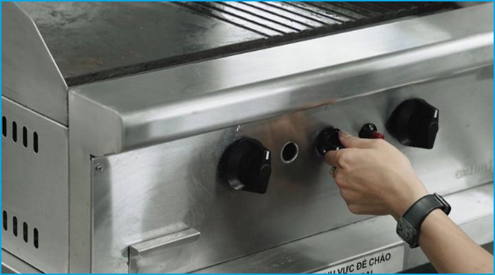 Nút điều chỉnh riêng biệt của bếp chiên phẳng nhám GG2BHR-17