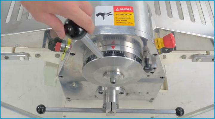 Bộ điều chỉnh bằng cần gạt của máy cán bột DSC-520A dễ sử dụng