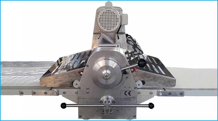 Bộ điều chỉnh của máy cán bột Jendah có dạng cần gạt dễ sử dụng
