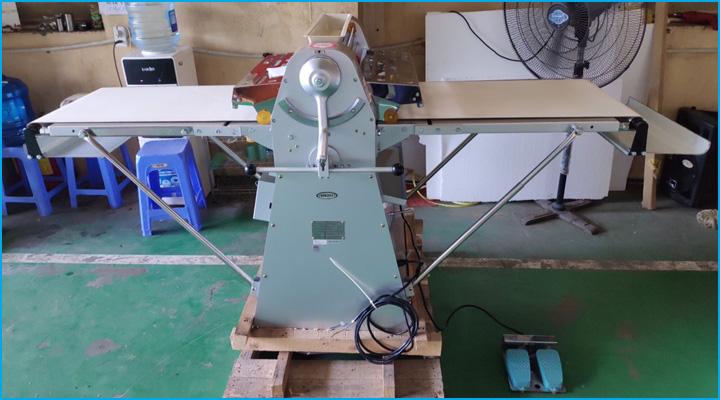 Bộ điều chỉnh của máy cán bột Berjaya BJY-DS500 tiện lợi và dễ sử dụng