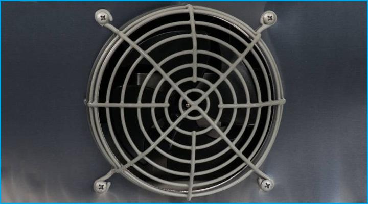 Bộ phận quạt lồng sốc của bàn mát cánh kính Turbo Air giúp cho nhiệt được phân bố ổn định và đồng đều khắp tủ