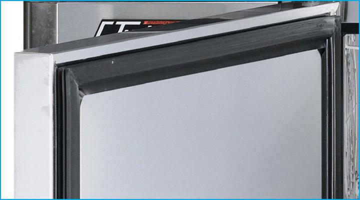 Bàn mát cánh kính Turbo Air có lớp gioăng cao su kín ở cửa