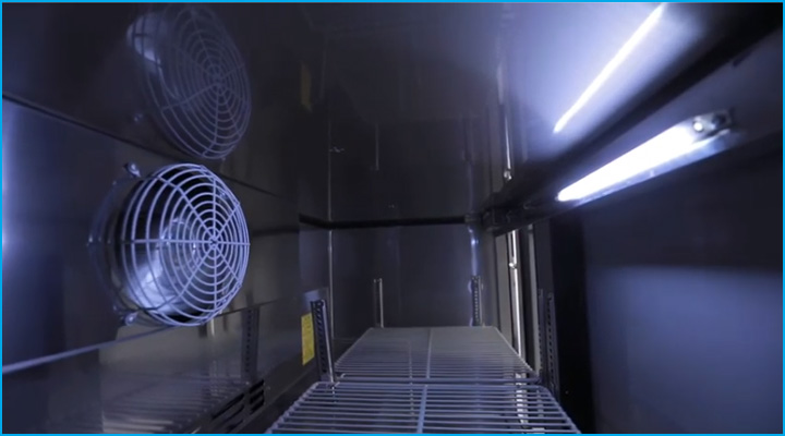 Đèn led chiếu sáng bên trong bàn mát cánh kính Turbo Air tiện cho việc lấy thực phẩm