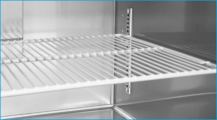 Kệ chứa của bàn mát cánh kính KGR15-2 được làm bằng inox và có thể thay đổi khoảng cách dễ dàng