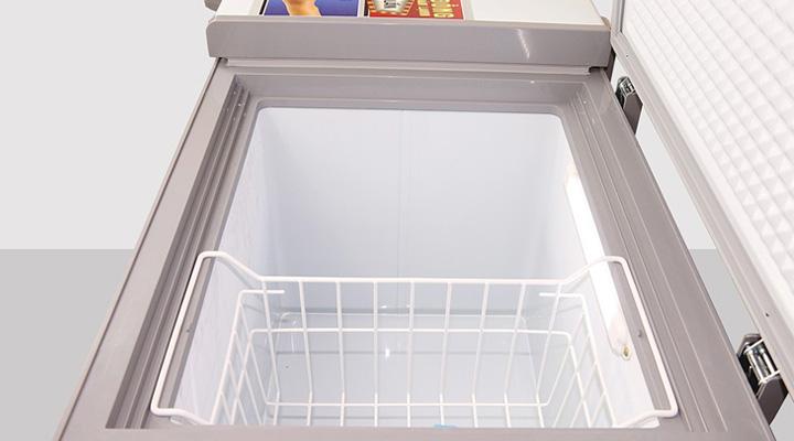 Lòng trong tủ đông mát Darling rộng rãi, có rổ chứa đi kèm và đèn chiếu sáng