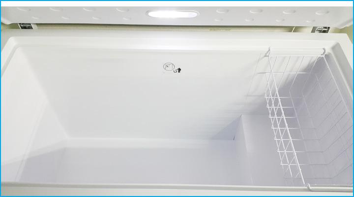 Lòng trong tủ rộng rãi có rổ chứa đi kèm bên trong