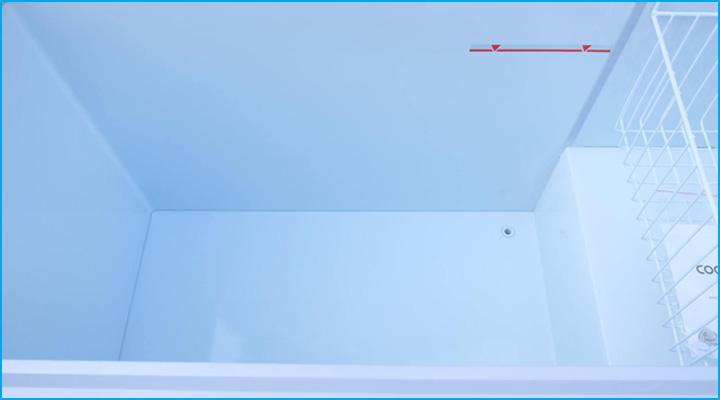 Lòng tủ phẳng rộng sâu và có lỗ thoát nước