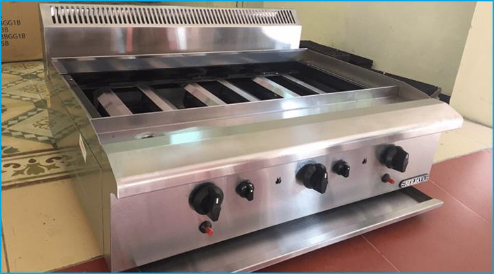Bếp nướng Berjaya CRB3B-17 có thiết kế 3 họng bếp với các nút điều chỉnh riêng biệt cho từng họng bếp hoạt động độc lập với nhau