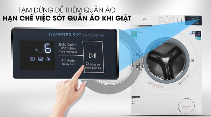 Máy giặt Electrolux EWF9024BDWB có tính năng dừng để thêm quần áo